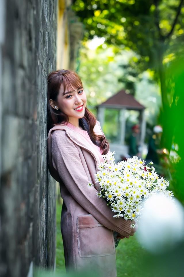 Hoa hậu Hoàng Kim khoe vẻ đẹp thanh xuân, e ấp bên cúc họa mi - 2