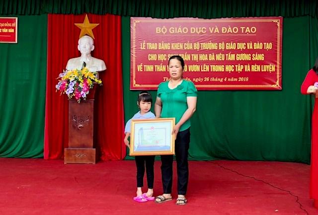 Tặng Bằng khen cho học sinh khuyết tật chân, tay viết chữ đẹp - 3