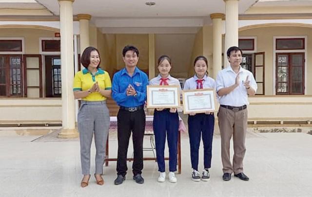 Hà Tĩnh: Khen thưởng 2 học sinh nhặt được của rơi tìm người trả lại