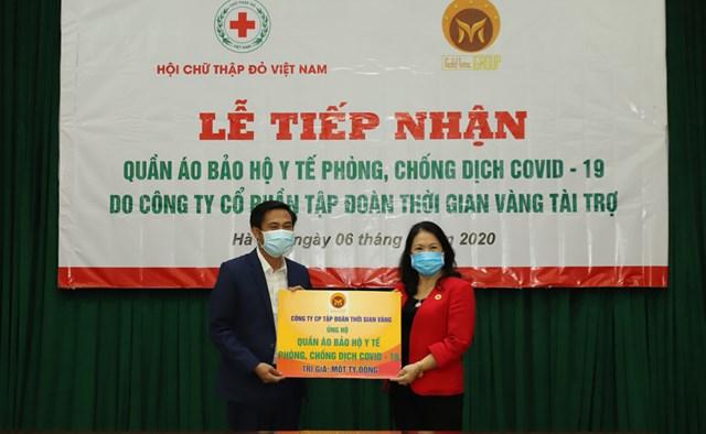 Tặng hơn 5.000 bộ quần áo bảo hộ cho các bệnh viện tuyến đầu chống dịch Covid-19