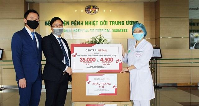 7 vạn khẩu trang và 9 nghìn kính chống giọt bắn tặng cho 2 bệnh viện tuyến đầu chống dịch