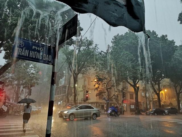 [ẢNH] Bất ngờ với cơn mưa lớn, đường Hà Nội biến thành 'sông'