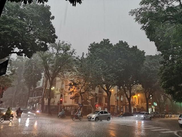 [ẢNH] Bất ngờ với cơn mưa lớn, đường Hà Nội biến thành 'sông' - 11
