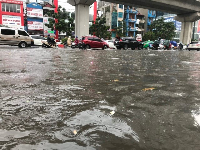 [ẢNH] Bất ngờ với cơn mưa lớn, đường Hà Nội biến thành 'sông' - 3