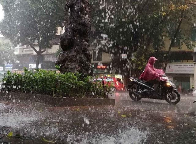 [ẢNH] Bất ngờ với cơn mưa lớn, đường Hà Nội biến thành 'sông' - 1