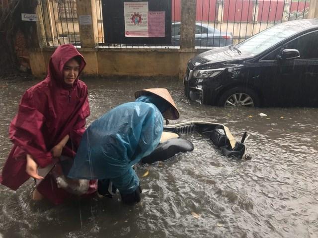 [ẢNH] Bất ngờ với cơn mưa lớn, đường Hà Nội biến thành 'sông' - 2