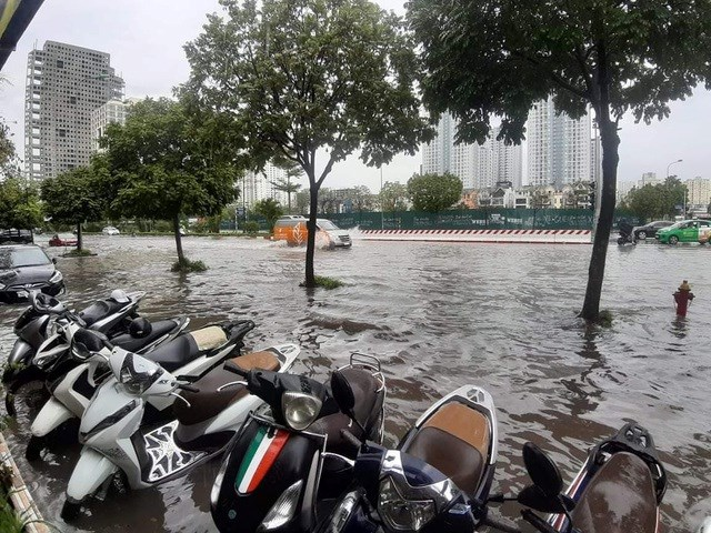 [ẢNH] Bất ngờ với cơn mưa lớn, đường Hà Nội biến thành 'sông' - 4