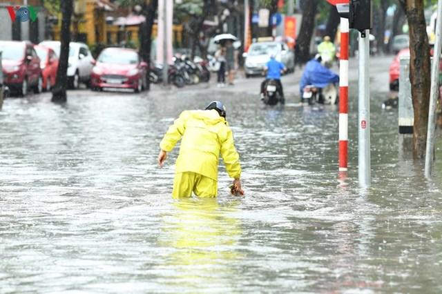 [ẢNH] Bất ngờ với cơn mưa lớn, đường Hà Nội biến thành 'sông' - 5