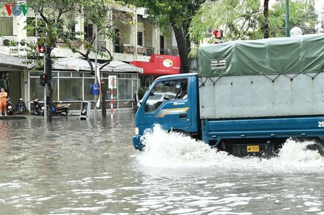 [ẢNH] Bất ngờ với cơn mưa lớn, đường Hà Nội biến thành 'sông' - 6