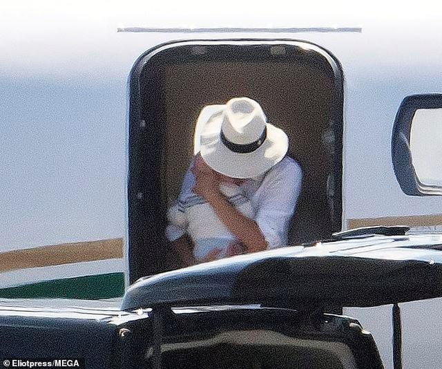 Vợ chồng Hoàng tử Anh Harry bị chỉ trích vì di chuyển bằng chuyên cơ - 1