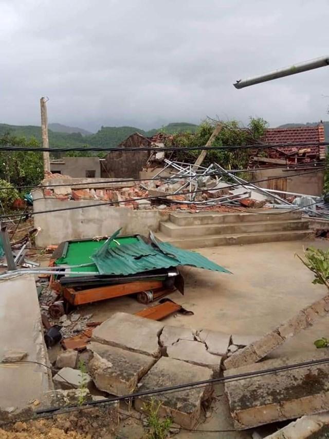 Hà Tĩnh: Lốc xoáy, 2 người bị thương, nhiều nhà dân bị tốc mái