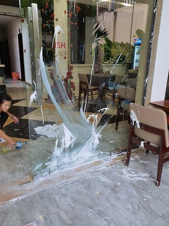 CLIP: Nhà hàng phố cổ Hội An lại bị kẻ xấu tạt sơn, mắm tôm
