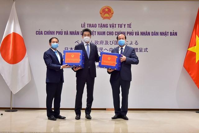 Việt Nam trao tặng vật tư y tế cho Nhật Bản và Hoa Kỳ - 1