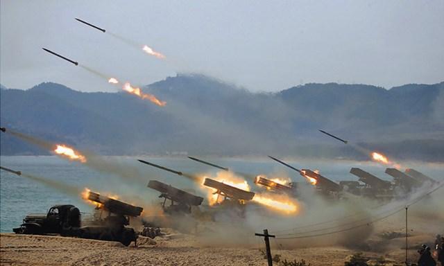 Ông Kim Jong-un không đeo khẩu trang khi thị sát tập trận - 1