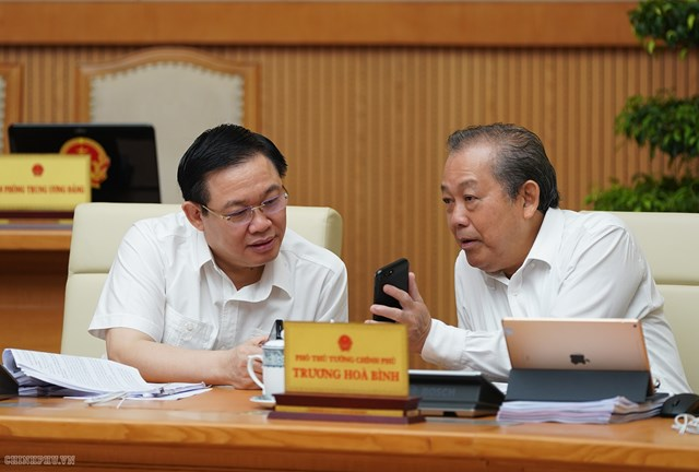 CHÙM ẢNH: Các thành viên dự họp Chính phủ nhắn tin ủng hộ người nghèo - 1