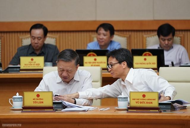 CHÙM ẢNH: Các thành viên dự họp Chính phủ nhắn tin ủng hộ người nghèo - 4