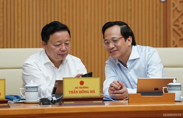 CHÙM ẢNH: Các thành viên dự họp Chính phủ nhắn tin ủng hộ người nghèo - 6