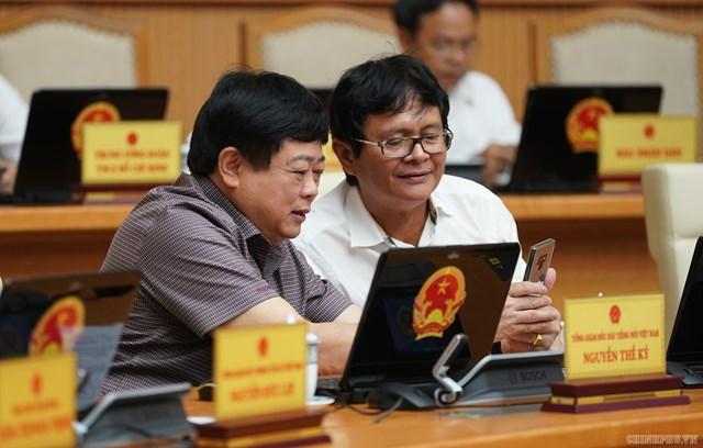 CHÙM ẢNH: Các thành viên dự họp Chính phủ nhắn tin ủng hộ người nghèo - 7