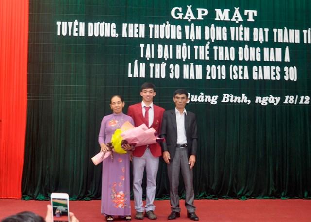 Kình ngư Nguyễn Huy Hoàng trích tiền thưởng SEA Games 30 giúp đỡ trẻ khuyết tật ở quê nhà - 2