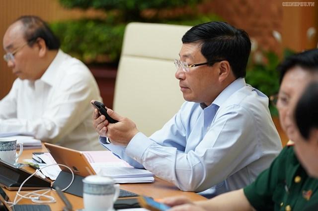 CHÙM ẢNH: Các thành viên dự họp Chính phủ nhắn tin ủng hộ người nghèo - 3