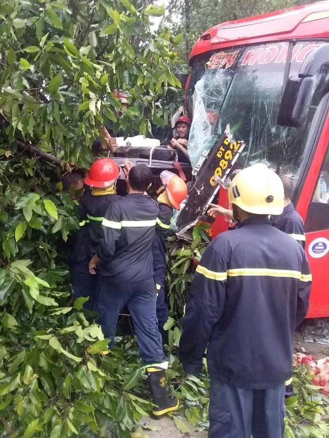 Bình Dương: Giải cứu hàng chục người mắc kẹt trong xe khách gặp tai nạn