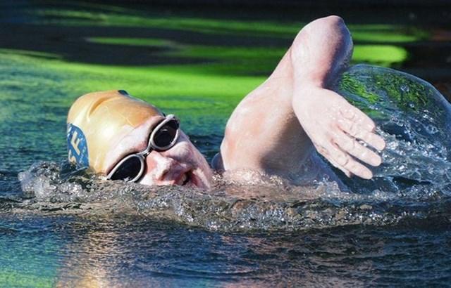 Nữ bệnh nhân ung thư lập kỷ lục bơi 4 lần qua Eo biển Manche