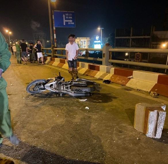 Xe bồn nổ lốp mất lái trên cầuThanh Trì, 4 sinh viên gặp nạn - 2