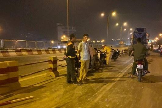 Xe bồn nổ lốp mất lái trên cầuThanh Trì, 4 sinh viên gặp nạn - 4