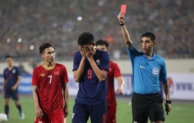 Vì sao Supachai được xóa thẻ đỏ, còn Tấn Tài bị treo giò?
