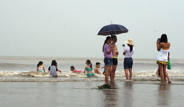 Bất chấp lệnh cấm, mặc kệ loa phát thanh, du khách vẫn tắm biển ở Sầm Sơn