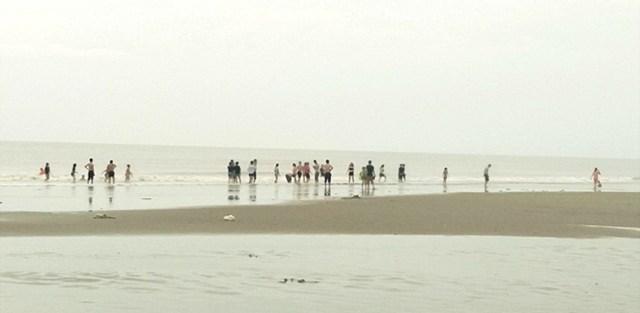 Bất chấp lệnh cấm, mặc kệ loa phát thanh, du khách vẫn tắm biển ở Sầm Sơn - 1