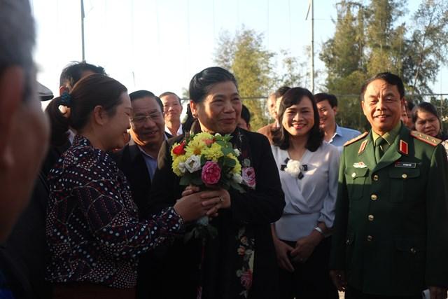 Phó Chủ tịch Thường trực Quốc hội Tòng Thị Phóng trao quà 'Tết yêu thương' ở Hà Tĩnh - 1