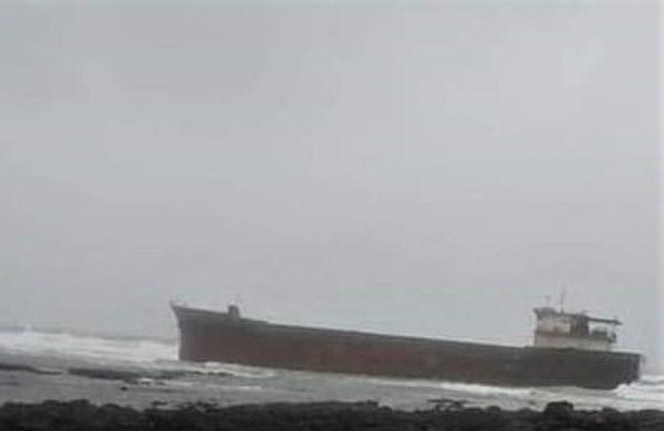 Quảng Ngãi: Một tàu chở hàng bị mắc cạn ở gành biển