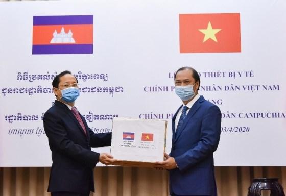 Trao tượng trưng trang thiết bị y tế hỗ trợ Lào, Campuchia phòng, chống dịch Covid-19 - 1