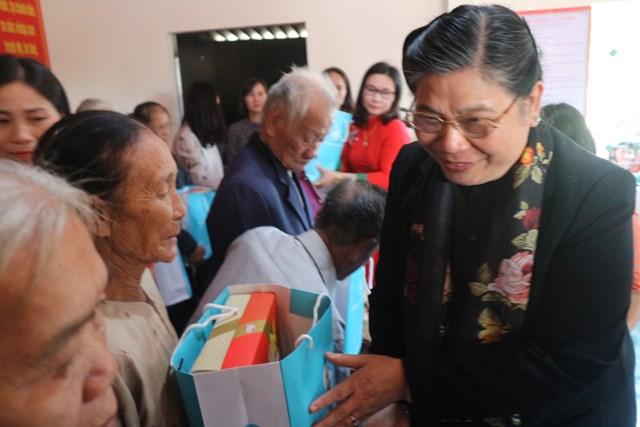 Phó Chủ tịch Thường trực Quốc hội Tòng Thị Phóng trao quà 'Tết yêu thương' ở Hà Tĩnh - 2