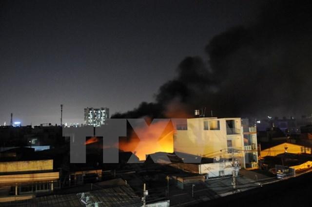 Cháy lớn ở xưởng nệm mút làm cả khu dân cư hoảng loạn
