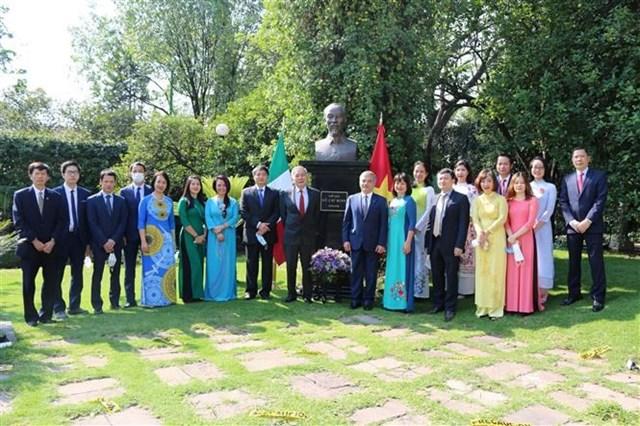 ĐSQ Việt Nam tại Mexico dâng hoa tại tượng Chủ tịch Hồ Chí Minh - 1