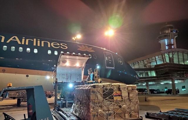 Vietnam Airlines miễn cước vận chuyển trang thiết bị chống Covid-19