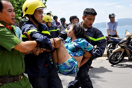 Hơn một giờ giải cứu cô gái 'ngáo đá' la hét trên cây - 1