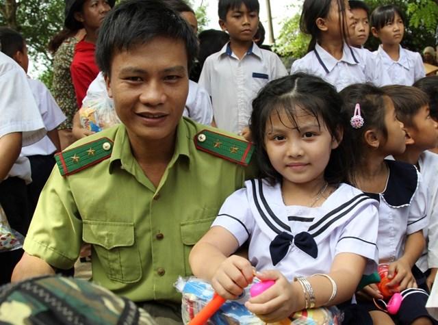 Ấm áp Tết Trung thu cho trẻ em nghèo nơi biên cương - 1