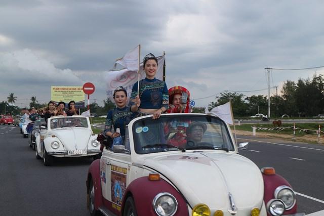Hoa hậu Trần Tiểu Vy cùng dàn xe cổ diễu hành phố cổ Hội An - 1
