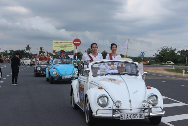 Hoa hậu Trần Tiểu Vy cùng dàn xe cổ diễu hành phố cổ Hội An - 3