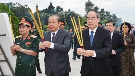 Phó Thủ tướng Thường trực dâng hương tưởng nhớ các anh hùng liệt sĩ - 1