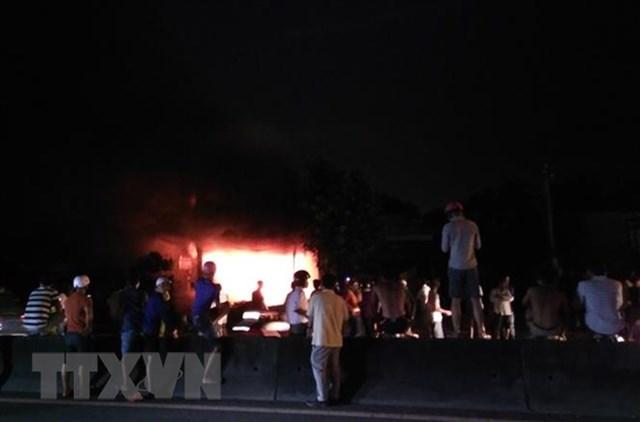 Cháy lớn thiêu rụi hoàn toàn một kho chứa vải ở Tiền Giang