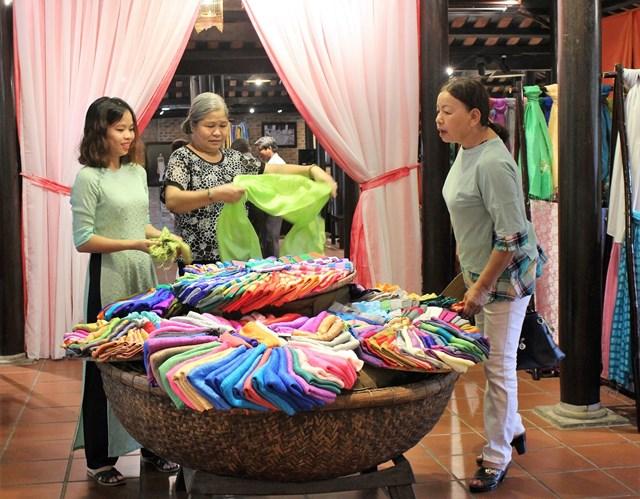 Giao lưu trưng bày sản phẩm tơ lụa - thổ cẩm truyền thống 2018 - 2