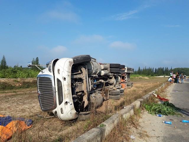 Mất lái, xe container tông dải phân cách lật nghiêng sang bên đường - 1