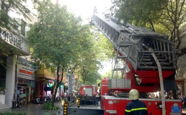 Cháy lớn khách sạn gần chợ Bến Thành, nhiều khách nước ngoài thoát nạn - 1