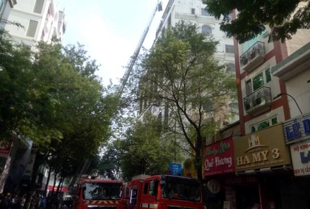 Cháy lớn khách sạn gần chợ Bến Thành, nhiều khách nước ngoài thoát nạn - 2