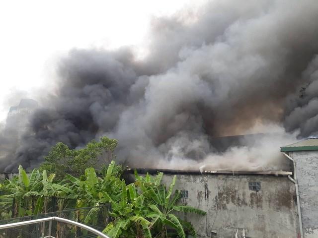 Cháy lớn sát trụ sở VFF, 2 ô tô bị thiêu rụi
