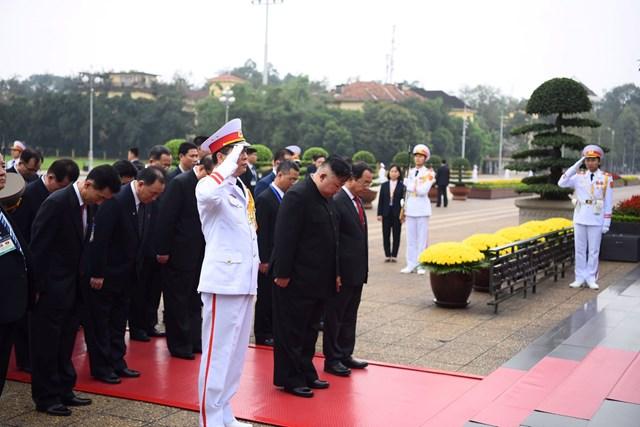 [ẢNH] Chủ tịch Triều Tiên Kim Jong-un vào lăng viếng Chủ tịch Hồ Chí Minh - 3